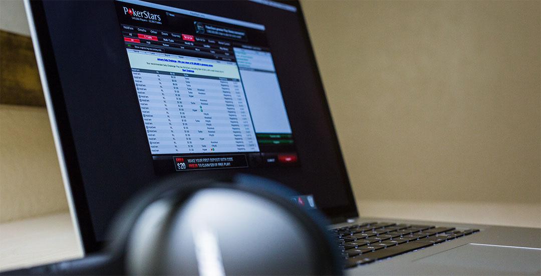 Đánh bài poker trực tuyến