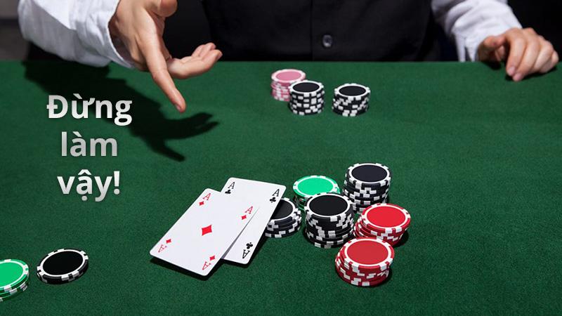 Không nên show bài trên bàn poker